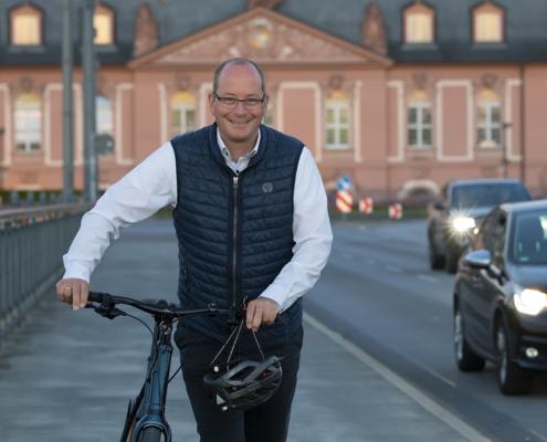 Gerd Schreiner schiebt sein Fahrrad